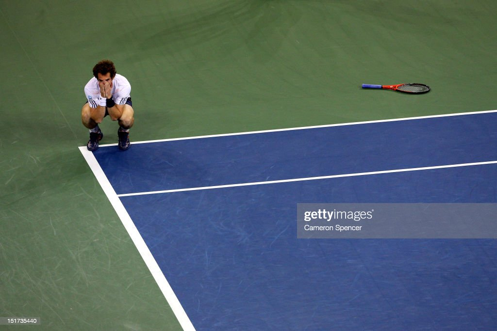 <a gi-track='captionPersonalityLinkClicked' href=/galleries/search?phrase=Andy+Murray+-+Jogador+de+t%C3%A9nis&family=editorial&specificpeople=200668 ng-click='$event.stopPropagation()'>Andy Murray</a> of Great Britain celebrates after defeating Novak Djokovic of Serbia in the men's singles final match on Day Fifteen of the 2012 US Open at USTA Billie Jean King National Tennis Center on September 10, 2012 in the Flushing neighborhood of the Queens borough of New York City. Murray defeated Djokovic 7-6, 7-5, 2-6, 3-6, 6-2.