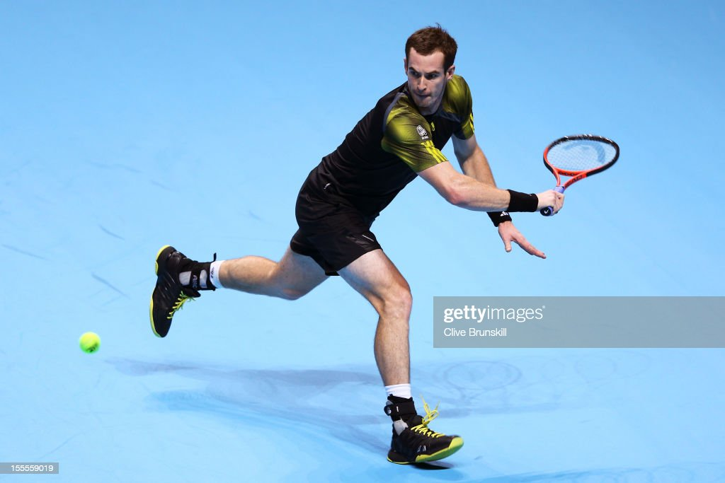 <a gi-track='captionPersonalityLinkClicked' href=/galleries/search?phrase=Andy+Murray+-+Jogador+de+t%C3%A9nis&family=editorial&specificpeople=200668 ng-click='$event.stopPropagation()'>Andy Murray</a> of Great Britain stretches for a backhand during the men's singles match against Tomas Berdych of Czech Republic on day one of the ATP World Tour Finals at the O2 Arena on November 5, 2012 in London, England.