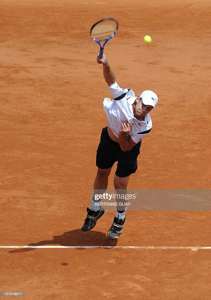 US Andy Roddick serves to Finland's Jarkko Nieminen during their Men's first round match in the French Open tennis championship at the Roland Garros stadium, on May 25, 2010, in Paris.