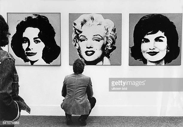 Andy Warhol*Artist USAExhibition in Munich visitors in front of his silkscreens of Liz Taylor Marilyn Monroe and Jackie Kennedy