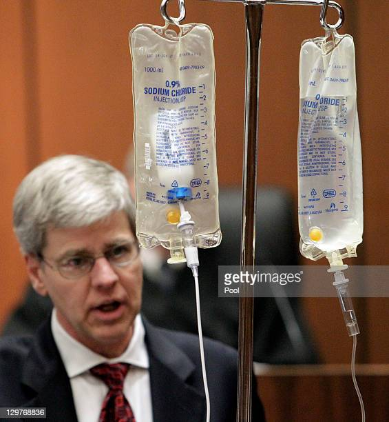 Anesthesiology expert Dr Steven Shafer background left demonstrates the use of propofol while testifying during Dr Conrad Murray's involuntary...