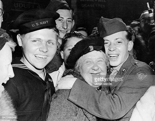 Angehörige der alliierten Streitkräfteund Londoner Bevölkerung bei den Feiernzum `Victory in Europe Day 'anlässlich der Kapitulation der...