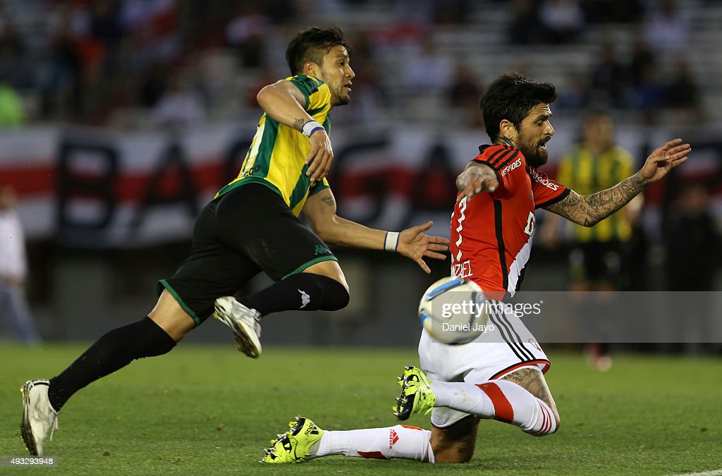 Angel Diaz, of Aldosivi, (L) and Luis Gonzalez, of River Plate, fight for the ball during a match between River Plate and Aldosivi as part of round 28 of Torneo de Primera Division at Monumental Antonio Vespucio Liberti Stadium on October 18, 2015 in Buenos Aires, Argentina.