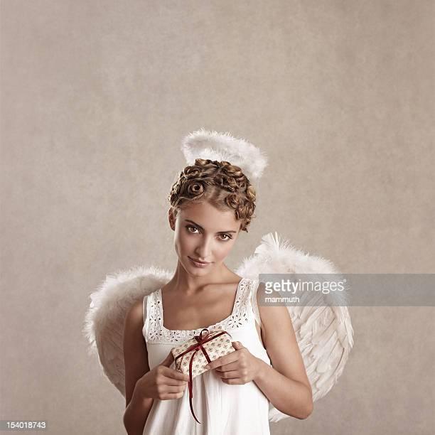 angel gewickelt hält ein Geschenk