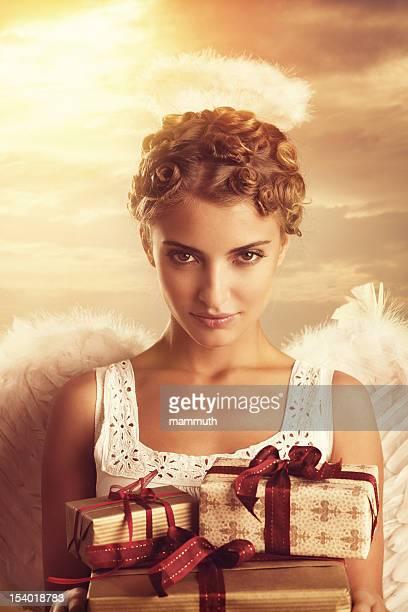 angel holding Weihnachtsgeschenke