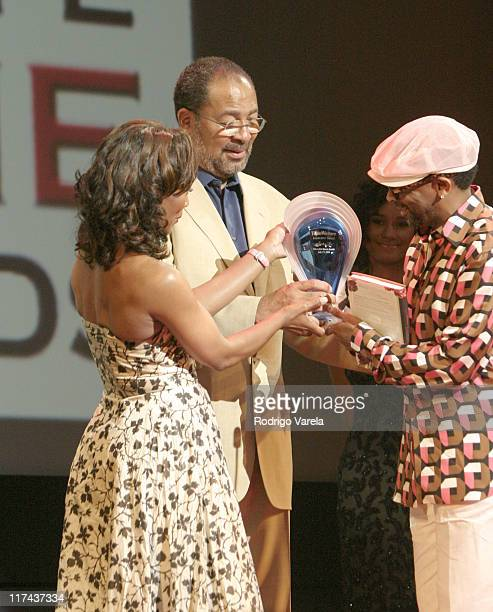 Angela Bassett and Richard D Parsons chairman/CEO Time Warner Inc present the 'Time Warner Innovator Award' to Spike Lee