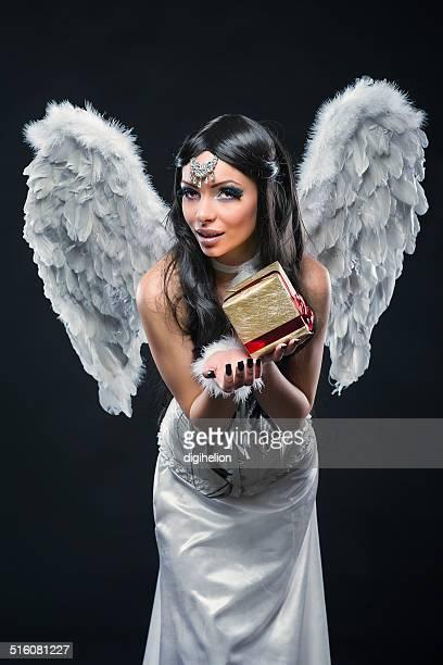 Angel's Geschenke-spirituelle Mädchen mit einem Weihnachtsgeschenk