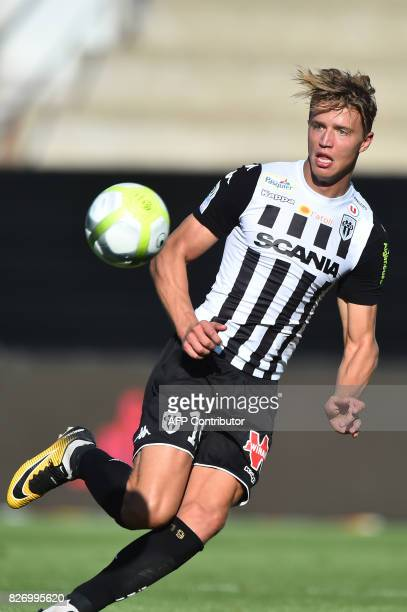 Angers' Belgian forward Baptiste Guillaume controls the ball during the French L1 football match between Angers and Bordeaux at RaymondKopa Stadium...