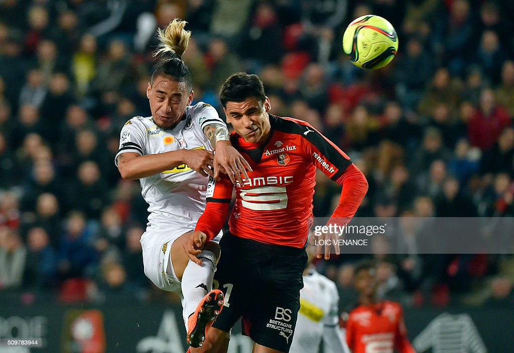 Angers' French forward Billy Ketkeophomphone (back L) fights for the ball Rennes' French midfielder Benjamin Andre (R) with during the French L1 football match Rennes vs Angers at the Roazhon Park stadium on February 12, 2016 in Rennes, western France. AFP PHOTO / LOIC VENANCE / AFP / LOIC VENANCE