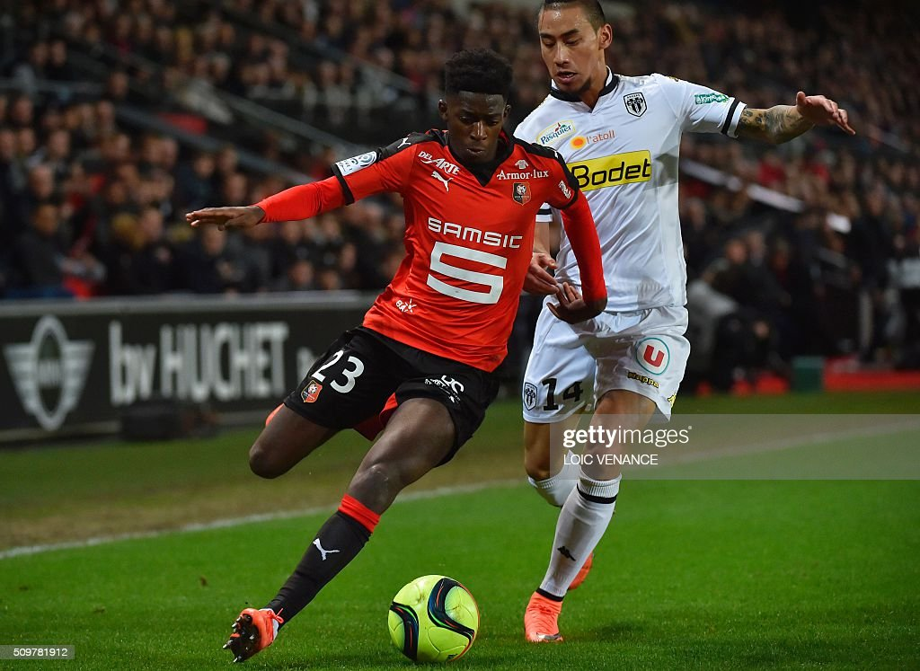 Angers' French forward Billy Ketkeophomphone (L) fights for the ball with Rennes' French forward Ousmane Dembele (R) during the French L1 football match Rennes vs Angers at the Roazhon Park stadium on February 12, 2016 in Rennes, western France. AFP PHOTO / LOIC VENANCE / AFP / LOIC VENANCE