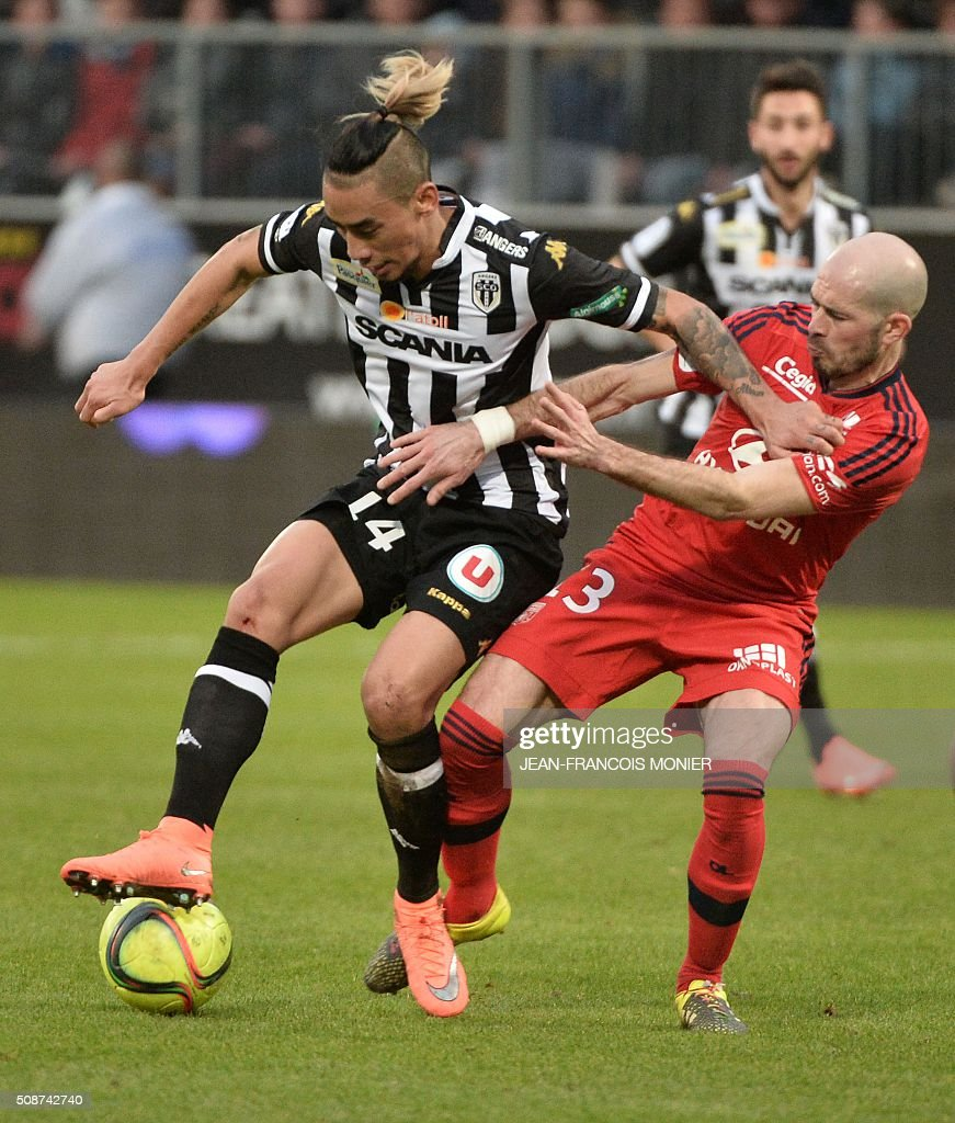 Angers' French forward Billy Ketkeophomphone (L) vies for the ball with Lyon's French defender Christophe Jallet during the French L1 football match between Angers (SCO) and Lyon (OL) at Jean Bouin Stadium in Angers, northwestern France, on February 6, 2016. AFP PHOTO / JEAN-FRANCOIS MONIER / AFP / JEAN-FRANCOIS MONIER