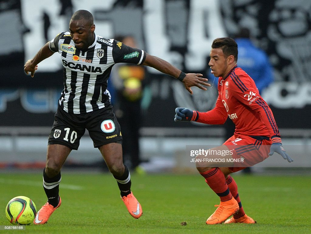 Angers' French forward Gilles Sunu (L) vies for the ball with Lyon's French midfielder Corentin Tolisso during the French L1 football match between Angers (SCO) and Lyon (OL), on February 6, 2016, in Jean Bouin Stadium, in Angers, northwestern France. AFP PHOTO / JEAN-FRANCOIS MONIER / AFP / JEAN-FRANCOIS MONIER