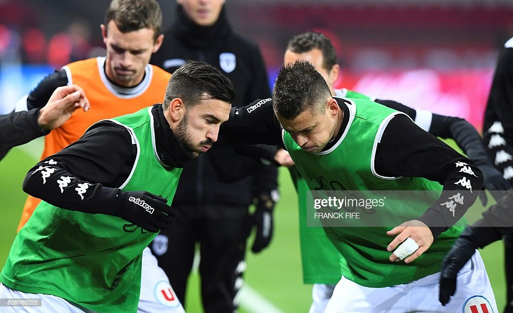 Angers' French midfielder Pierrick Capelle (R) and teammates warm up ahead of the French L1 football match between Paris Saint-Germain and Angers at the Parc des Princes stadium in Paris on November 30, 2016. / AFP / FRANCK