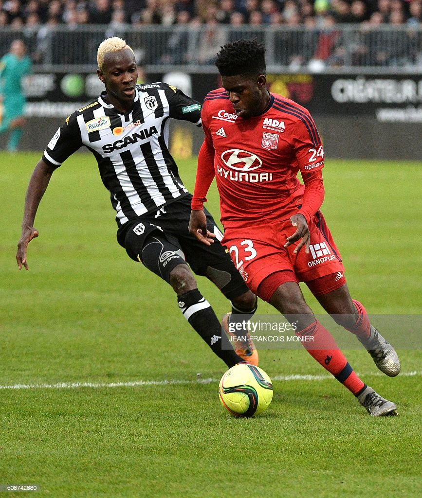 Angers' Guinean forward Mohamed Yattara (L) vies for the ball with Lyon's French Cameroonian defender Samuel Umtiti during the French L1 football match between Angers (SCO) and Lyon (OL) at Jean Bouin Stadium in Angers, northwestern France, on February 6, 2016. AFP PHOTO / JEAN-FRANCOIS MONIER / AFP / JEAN-FRANCOIS MONIER