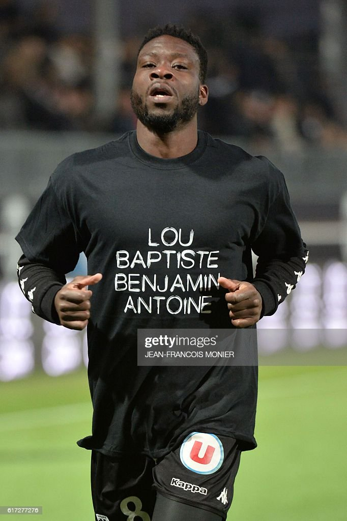 Angers' Ivorian defender Ismael Traore warms up prior to the French L1 football match between Angers (SCO) and Toulouse (TFC), on October 22, 2016, in the Jean Bouin Stadium, in Angers, northwestern France. The player wears a shirt reading the names of the four young people who died in the collapse of their balcony on October 15. / AFP / JEAN