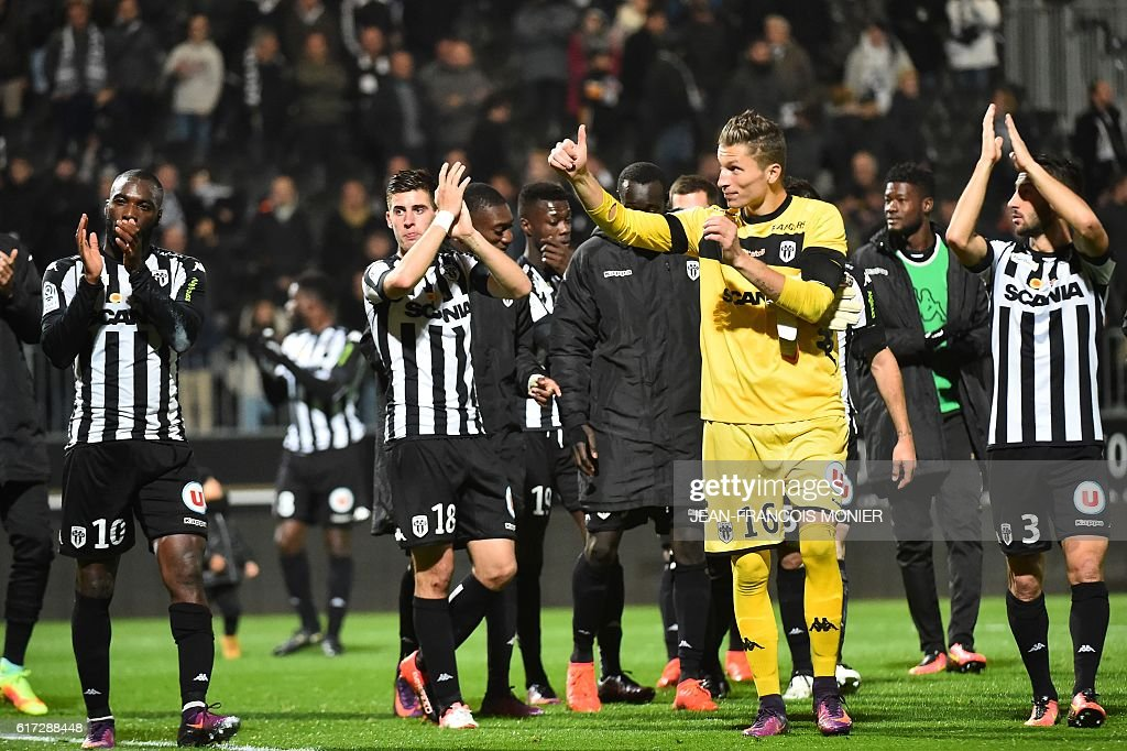 Angers' players react after the French L1 football match between Angers (SCO) and Toulouse (TFC) on October 22, 2016, at the Jean Bouin Stadium in Angers, northwestern France. / AFP / JEAN