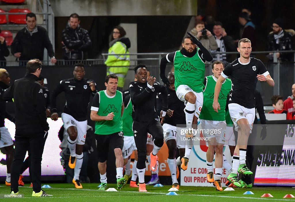 Angers' players warm up before the French L1 football match Rennes vs Angers at the Roazhon Park stadium on February 12, 2016 in Rennes, western France. AFP PHOTO / LOIC VENANCE / AFP / LOIC VENANCE