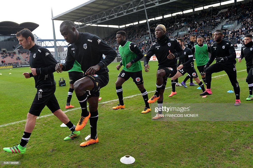 Angers' players warm-up ahead of the French L1 football match between Angers (SCO) and Lyon (OL) at Jean Bouin Stadium in Angers, northwestern France, on February 6, 2016. AFP PHOTO / JEAN-FRANCOIS MONIER / AFP / JEAN-FRANCOIS MONIER