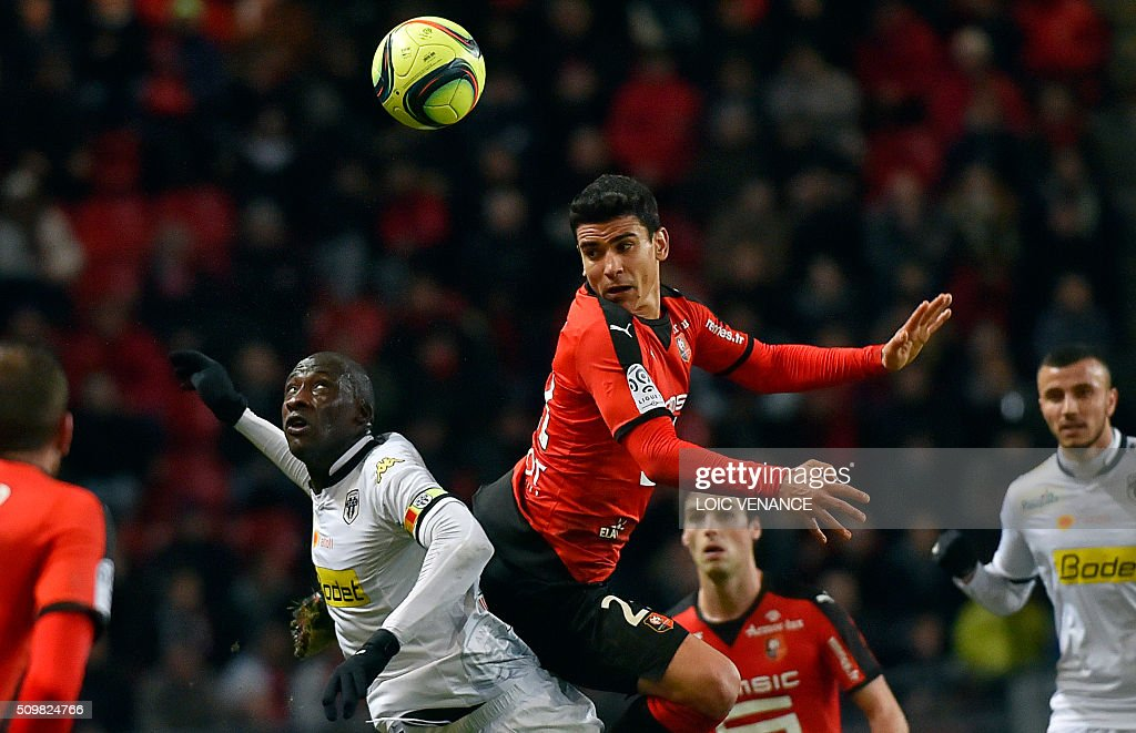 Angers' Senegalese midfielder Cheikh N'Doye (L) fights for the ball with Rennes' French midfielder Benjamin Andre (R) during the French L1 football match Rennes vs Angers at the Roazhon Park stadium on February 12, 2016 in Rennes, western France. AFP PHOTO / LOIC VENANCE / AFP / LOIC VENANCE