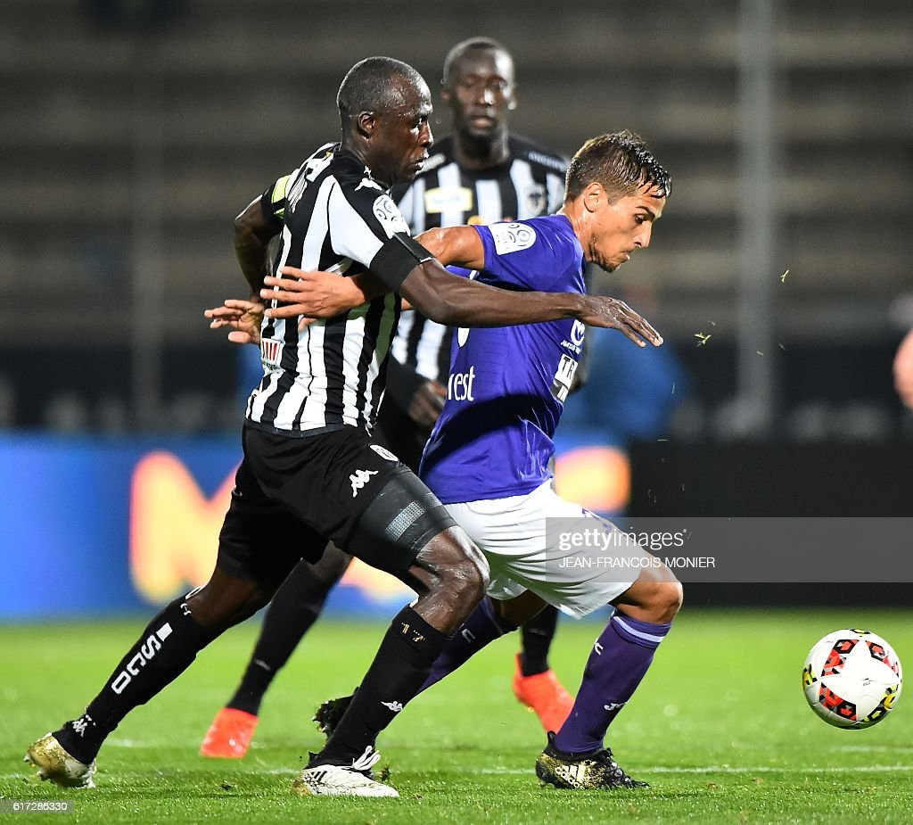 Angers' Senegalese midfielder Cheikh N'Doye (L) vies for the ball with Toulouse's Italian Argentinian midfielder Oscar Trejo during the French L1 football match between Angers (SCO) and Toulouse (TFC) on October 22, 2016, at the Jean Bouin Stadium in Angers, northwestern France. / AFP / JEAN