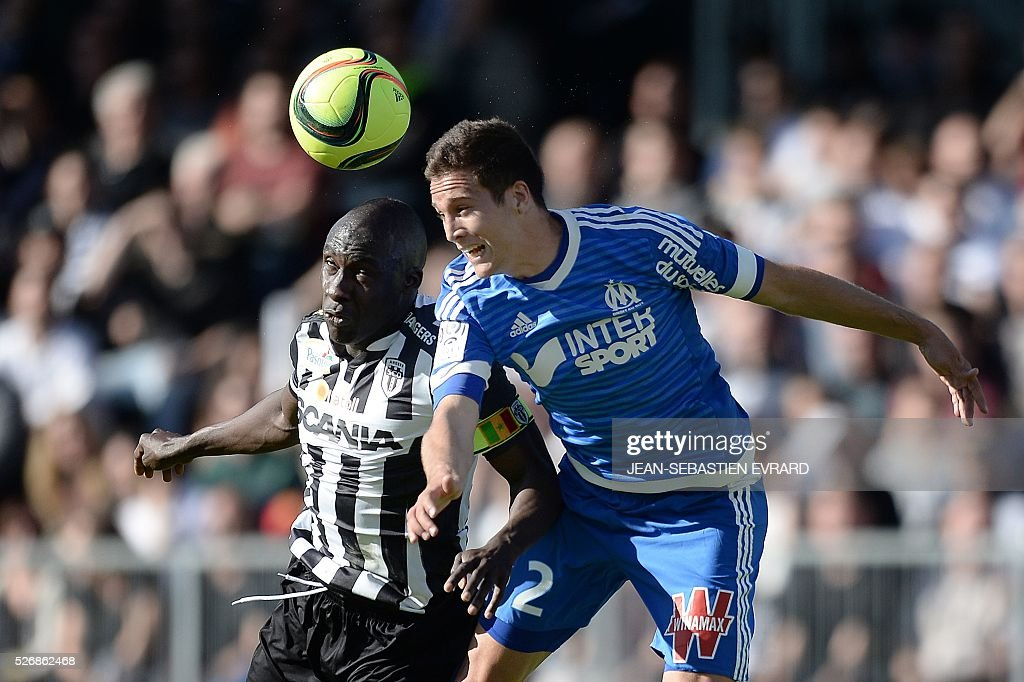 Angers' Senegalese midfielder Cheikh N'Doye (L) vies with Marseille's Spanish defender Javier Manquillo during the French L1 football match between Angers and Marseille on May 1, 2016 at the Jean Bouin stadium in Angers, western France.