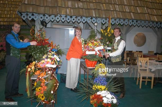 Angestellte von 'Fleurop' mit den mitgebrachten Blumensträußen ARDMusikShow 'Musikantenstadl' Bremen 'Stadthalle' Backstage 'Fleurop'Blumenstrauß...