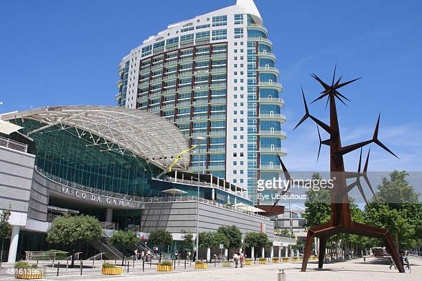 Angled view of the Vasco da Gama shopping center with the Homem Sol sculpture by Jorge Vieira in the Park of Nations