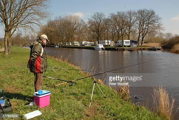 Angler am Fluss 'Hamme' Neu Helgoland Worpswede Teufelsmoor Niedersachsen Deutschland Europa Künstlerkolonie Künstlerdorf Hammeniederung angeln Reise