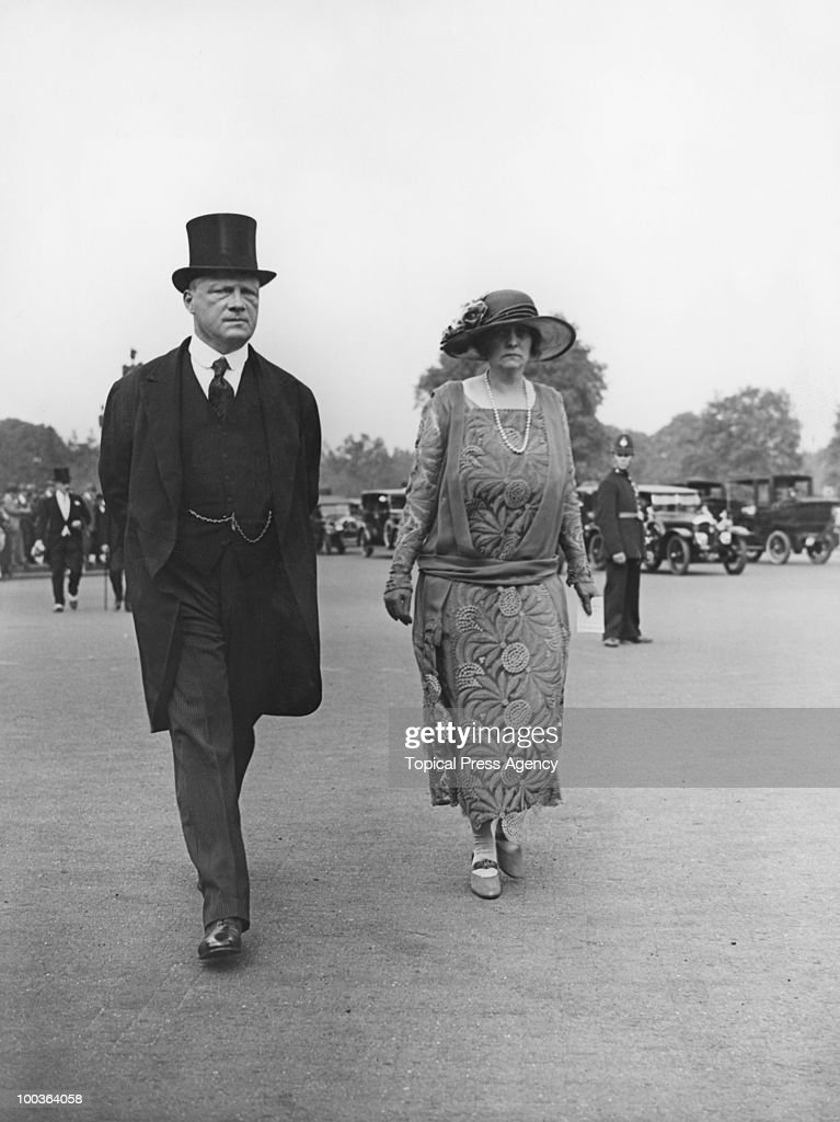 Anglo-Irish businessman and politician Rupert Guinness (later 2nd Earl of Iveagh, 1874 - 1967) with his wife Gwendolen (1881 - 1966) at a Buckingham Palace garden party, 26th June 1924.