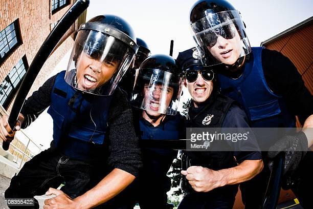 En colère attaque policiers Pris au piège criminel
