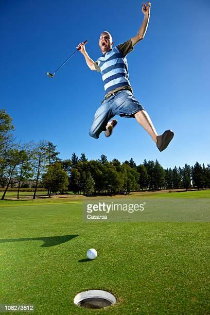 En colère golfeur Yelling et sauter sur le terrain de Golf près de trou