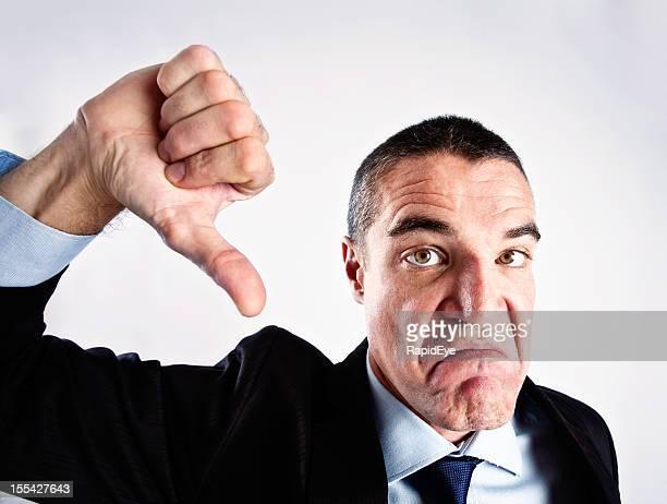 Wütende Grimassieren Mann, die Daumen nach unten sign