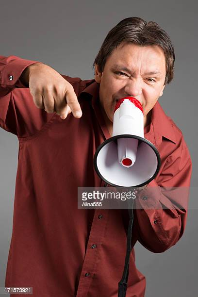 Colère native american man yelling au porte-voix