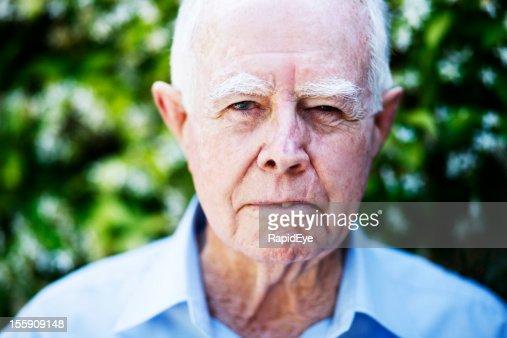 Wütend Alter Mann glares in die Kamera.