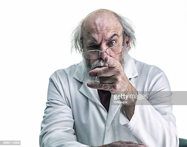 Scientifique avec les cheveux sauvages en colère pointant du doigt caméra