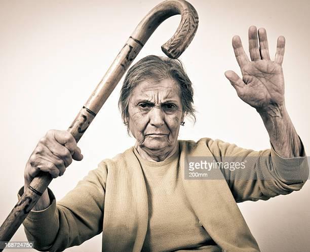 Arrabbiato donna anziana con un bastone