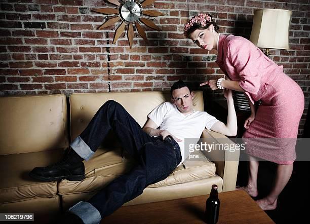 Femme en colère Gronder homme détente sur canapé