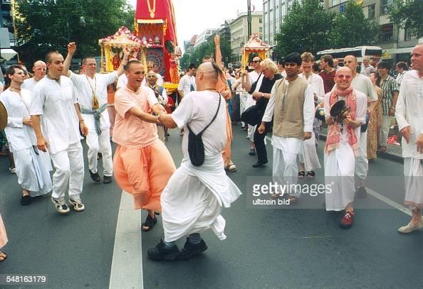 Anhänger der 'Hare Krishna' Sekte auf dem Kurfürstendamm in Berlin 1995