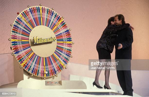 L'animateur Philippe Risoli présente la 100ème émission télévisée 'Le Millionnaire' sur TF1 le 29 septembre 1992 à Paris France