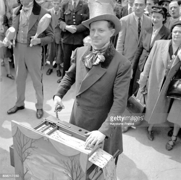 Animation sur les ChampsElysées pour la fête du bimillénaire de Paris France en juin 1951