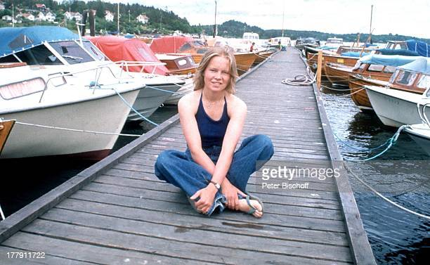 Anita Hegerland Ausflug zum YachtHafen Billingstad bei Oslo Norwegen Europa MotorBoot Boote Steg Anlegesteg Shorts Sängerin NB/DR