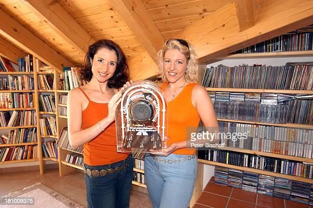 Anita Hofmann Schwester Alexandra Hofmann Homestory Meßkirch Musikerin Sängerin Pokal Preis Schallplatten Gesangsduo Geschwisterduo Promis Prominente...