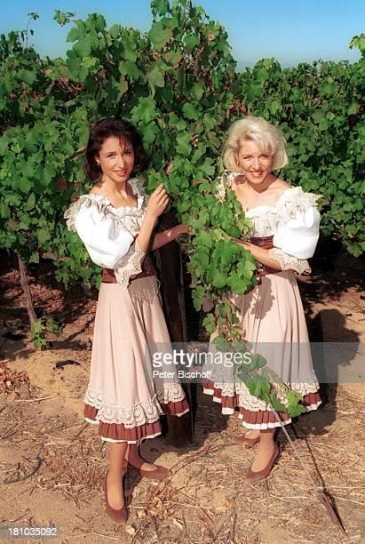 Anita Hofmann Schwester Alexandra neben den Dreharbeiten zur ZDFMusikshow 'Lustige Musikanten' Südafrika/Afrika 7121997 Weingut 'Groot Constantia'...
