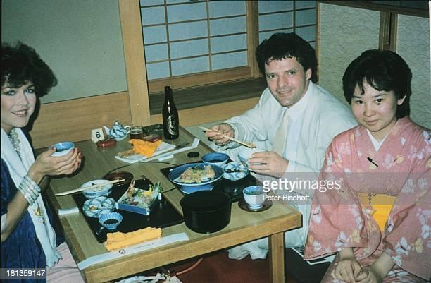 Anja Kruse Heinz Hellberg Einheimische Japan Ginza Japan Asien Urlaub Kimono essen trinken Stäbchen Sushi Schauspielerin