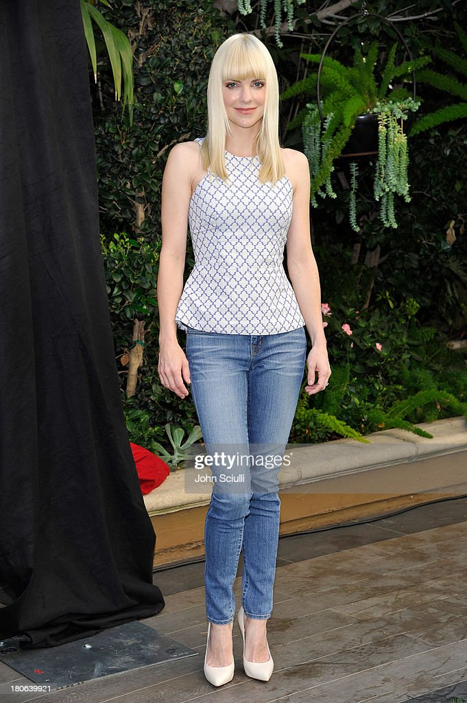 <a gi-track='captionPersonalityLinkClicked' href=/galleries/search?phrase=Anna+Faris&family=editorial&specificpeople=213899 ng-click='$event.stopPropagation()'>Anna Faris</a> attends Cloudy 2 junket photo call at the Four Seasons Hotel Los Angeles on September 15, 2013 in Los Angeles, California.