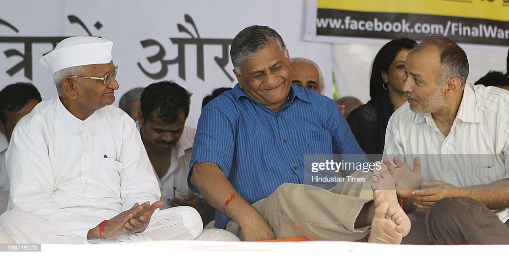 'NEW DELHI, INDIA - AUGUST 3: Anna Hazare , former Army chief Gen VK Singh , Manish Sasodia, before he with team members break their six-day long fast on August 3, 2012 in New Delhi, India.(Photo By Virendra Singh Gosain/Hindustan Times via Getty Images)'