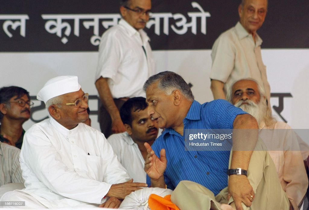 'NEW DELHI, INDIA - AUGUST 3: Anna Hazare talks to former Army Chief Gen. V.K. Singh, before breaking his six day long fast on August 3, 2012 in New Delhi, India. (Photo by Vipin Kumar/Hindustan Times via Getty Images)'