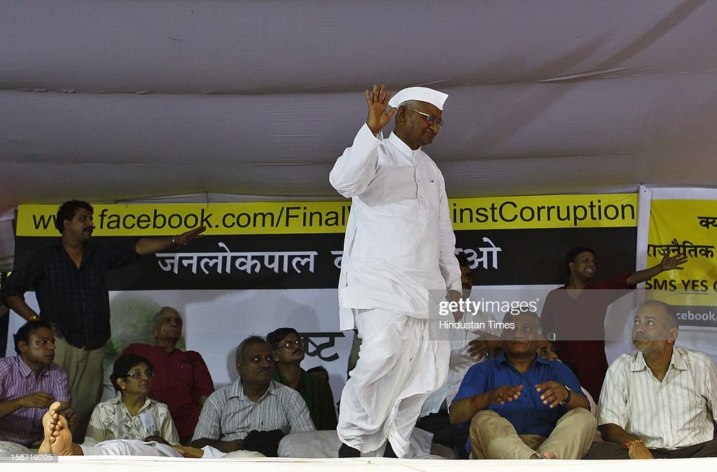 'NEW DELHI, INDIA - AUGUST 3: Anna Hazare waves to the crowd as prepares to address before breaking his six day long fast on August 3, 2012 in New Delhi, India. (Photo by Vipin Kumar/Hindustan Times via Getty Images)'