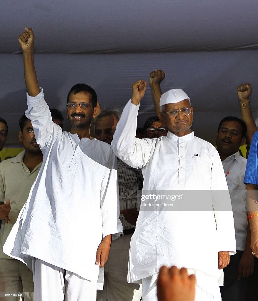 'NEW DELHI, INDIA - AUGUST 3: Anna Hazare with Arvind Kejriwal after they with team members break their six-day long fast on August 3, 2012 in New Delhi, India. (Photo by Vipin Kumar/Hindustan Times via Getty Images) '