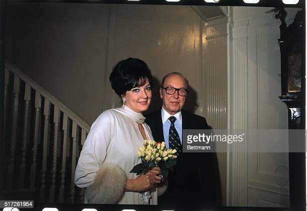 Anna Moffo Weds Robert F Sarnoff New York Metropolitan opera star Anna Moffo and RCA Chairman Robert W Sarnoff were married here this afternoon Judge...